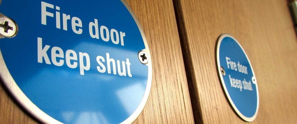 Statutory fire door keep shut sign